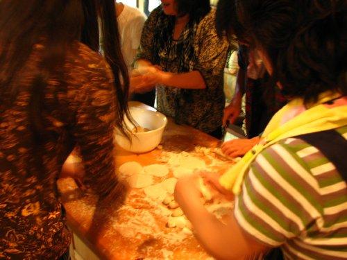 山小屋製皮工場の過酷な労働に苦しむ女工たち