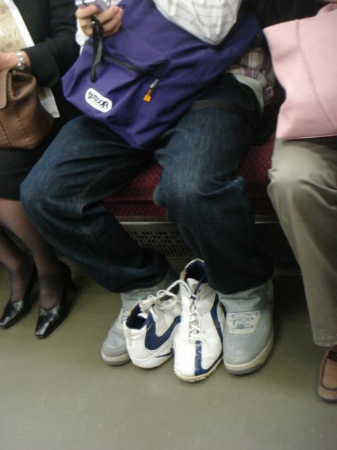 新しい靴を挟んでいるのはなぜ?