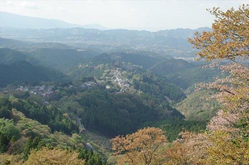 中央に見えるのは、金峯山寺本堂蔵王堂?