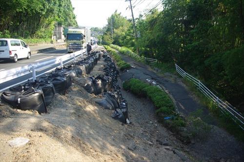 2016年5月23日時点の国道433号 路側帯の植込みから歩道が完全に崩落しています