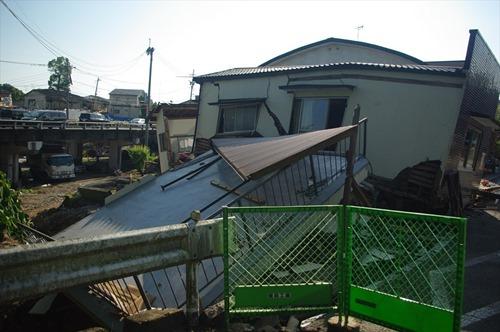 2016年5月23日時点 益城町寺迫地区の家屋A 1階が潰れ2階のバルコニーが滑り落ちています