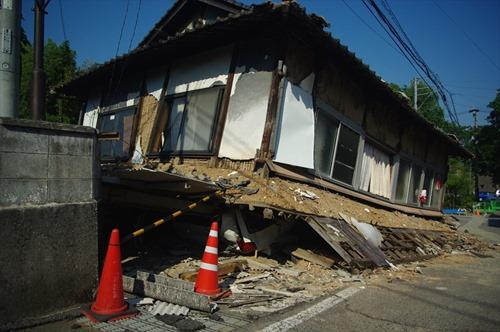2016年5月23日時点 益城町寺迫地区の酒店 2階が1階の車を押し潰しています