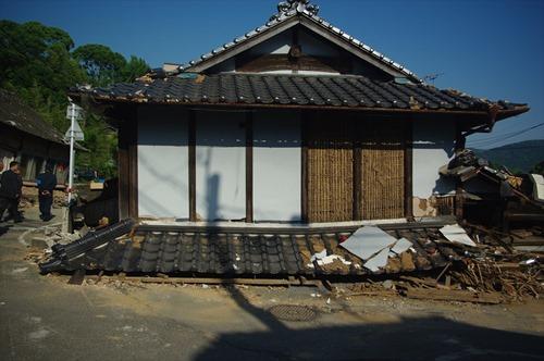 2016年5月23日時点 益城町寺迫地区の家屋B 1階が完全に押し潰されています